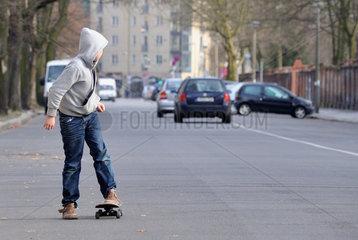 Berlin  Deutschland  jugendlicher Skater auf einer Strasse in Berlin