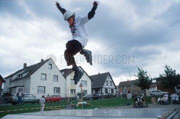 Junge mit Rollerskates