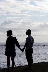 Locmariaquer  Frankreich  junges Paerchen am Strand von Pointe de Kerpenhir