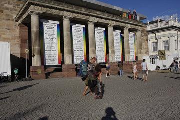 Documenta 14  Banner von Hans Haacke auf dem Friedrichsplatz