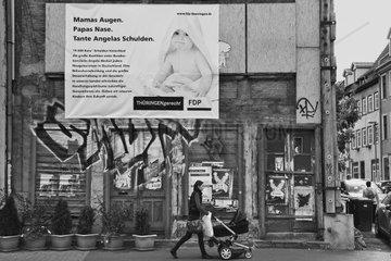 Ein Mutter mit Ihrem Kind unterwegs in Erfurt