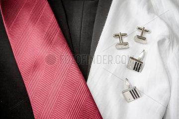 Anzug  Hemd  Krawatten und Manschettenknoepfe