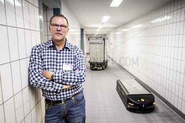Guenter Klanke  Betriebsratsvorsitzender bei der Augusta-Kranken-Anstalt gGmbH  mit Transport-Robotern