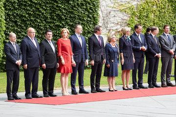 Berlin  Deutschland - Das Bundeskabinett steht am roten Teppich anlaesslich des Staatsbesuchs des chinesischen Ministerpraesidenten im Ehrenhof des Bundeskanzleramts.