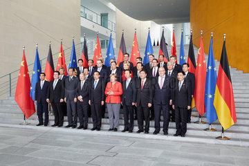 Berlin  Deutschland - Bundeskanzlerin Angela Merkel und der chinesische Ministerpraesident Li Keqiang zusammen mit den Deutsch-Chinesischen Delegationen im Bundeskanzleramt beim Fototermin.