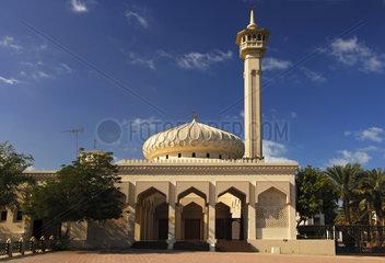 Kuppel und Minarett einer neuen Moschee  Dubai