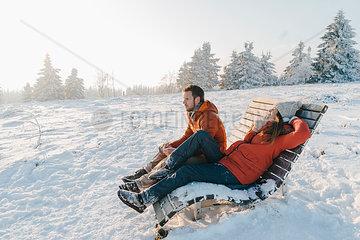 Junges Paar in Winterkleidung in Schneelandschaft