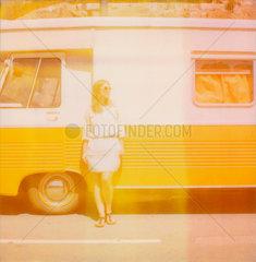 Frau am Campingbus