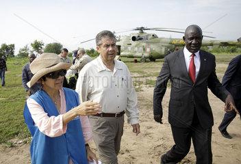 Bundesaussenminister Gabriel besucht ein Fluechtlingscamp in Uganda