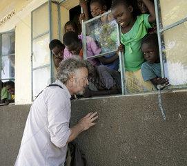 Wolfgang Niedecken besucht das Rhino Refugee Camp Settlement in Uganda