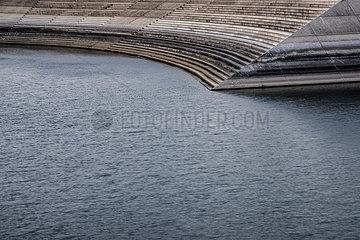 Staumauer im Hafen