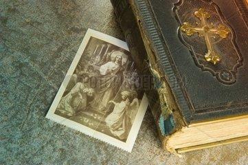 Alte Bibel mit Heiligenbildchen