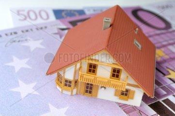 Hausmodell auf 500 Euro Geldscheinen