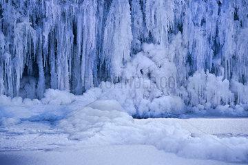 Eiszapfen an gefrorenem Wasserfall  Bouzonville  Lothringen  France