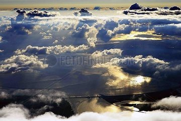 Eidersperrwerk und Wolkengebilde