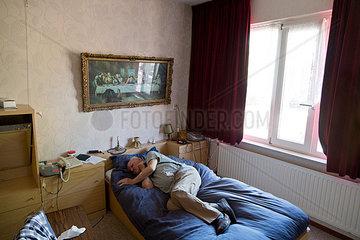 Alter Mann im Schlafzimmer