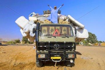 voellig ueberladener Lastwagen in der Oase Kufra  Kufrah  Al Kufrah