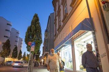 Maenner  Frauen auf dem Pflaster Giessener Bahnhofstrasse