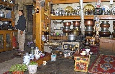 Frau arbeitet in der Kueche  Nurla  Indus Tal  Ladakh  Jammu und Kaschmir  Indien