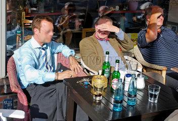 Frank Jendrusch mit Bekannten im Café Curious am Hansaplatz