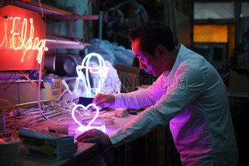CHINA-HONG KONG-NEON LIGHT MAKER (CN)