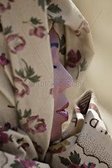 attraktive schwarze Frau mit Kopftuch
