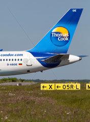 Duesseldorf  Deutschland  ein Flugzeug von Condor Thomas Cook startet auf dem Flughafen