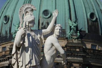 Berlin  Deutschland  Skulptur auf der Schlossbruecke vor dem Berliner Dom