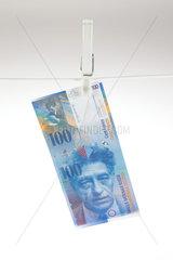 Berlin  Deutschland  100 Schweizer Franken an einer Waescheleine