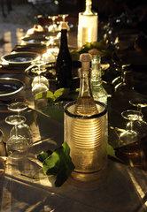 Torre Alfina  Italien  Weinflaschen und Glaeser