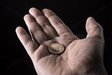 Hand mit Euromuenze