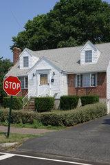 Boston  USA  Wohngebaeude und STOP Verkehrsschild in einem Vorort von Boston