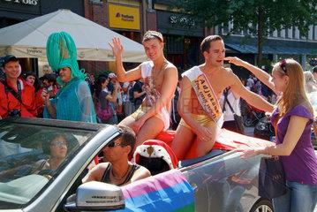 Hamburg  Deutschland  verkleidete Maenner auf dem Christopher Street Day