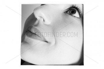 Portraitausschnit einer jungen Frau im Halbprofil laechelnd