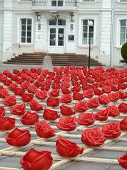 Zweibruecken  Deutschland  Kunstinstallation von Ottmar Hoerl 1000 Rosen fuer Zweibruecken auf dem Herzogplatz