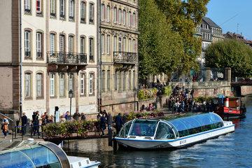 Strassburg  Frankreich  Ausflugsschiffe auf der Ill