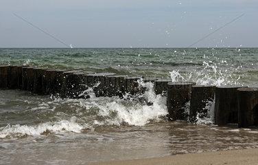 Heiligendamm  Deutschland  Wellen brechen sich an einer Buhne