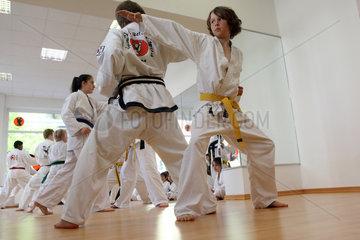 Berlin  Deutschland  Jugendliche bei einem Taekwondo-Kurs