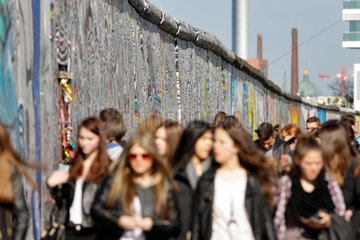 Berlin  Deutschland  Touristengruppe an der East-Side-Gallery