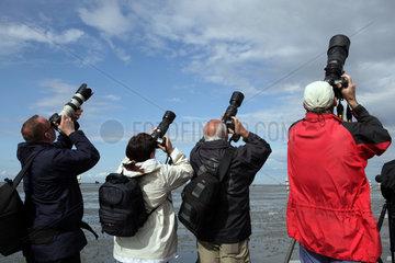 Cuxhaven  Deutschland  Hobbyfotografen fokussieren in den Himmel