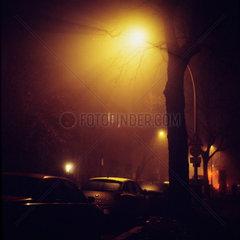 Berlin  Deutschland  beleuchtete Strasse bei Nacht und Nebel