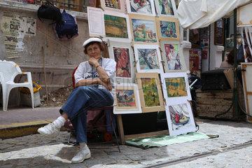 Buenos Aires  Argentinien  Frau mit Verkaufsstand auf dem Troedelmarkt in San Telmo