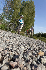 Schiebende Radfahrerinnen