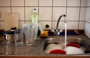Berlin  Deutschland  schmutziges Geschirr in einem Spuelbecken