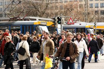 Leipzig  Deutschland  Tram-Haltestellen vor dem Leipziger Hauptbahnhof