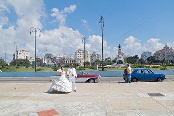 Havanna  Kuba  ein Hochzeitspaar laesst Fotos am Malecon machen