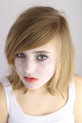 Berlin  Deutschland  blondes Maedchen mit falschen Wimpern im Portrait
