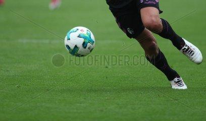 Spieler des SC Freiburg am Ball