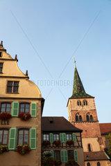 Tuerkheim  Frankreich  Rathaus und Turm der Kirche St. Anna