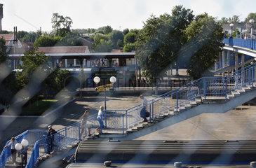 Brest  Weissrussland  Fussgaenger auf der Bruecke ueber den Bahnanlagen